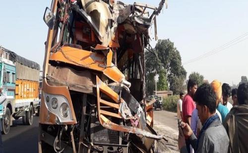 भीषण सड़क हादसे में 3 लोगों की मौत, 6 घायल