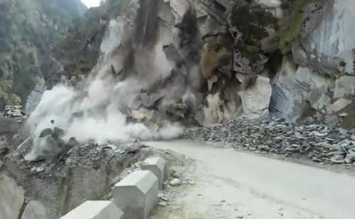अचानक पहाड़ दरकने से होली मुख्य मार्ग पर हुआ भूस्खलन