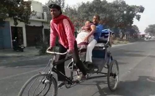 एंबुलेंस ना मिलने पर मरीज को रिक्शा से पहुंचाया अस्पताल