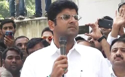 JJP नेता दुष्यंत चौटाला की फिसली जुबान, जजपा की जगह इनेलो के लिए मांगी वोट, देखें वीडियो