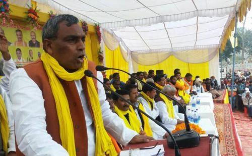 योगी के इस मंत्री ने कहा कि दंगों में नेता क्यों नहीं मरते, अब कोई नेता दंगा भड़काए तो उसे आग लगा दो