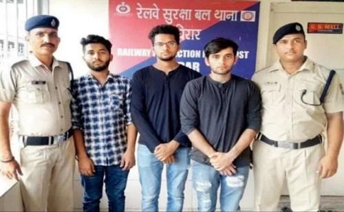 मुंबई: Kiki चैलेंज ने 3 लड़कों से रेलवे स्टेशन में लगवाया झाड़ू