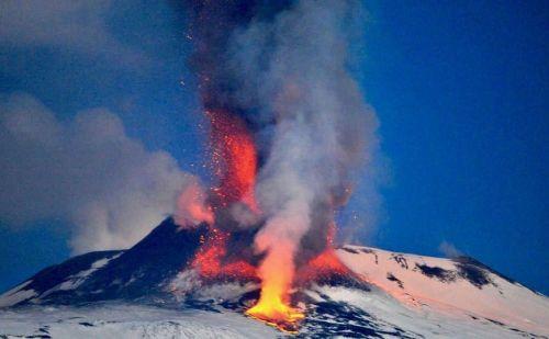 इटली के सबसे ऊंचे पर्वत माउंट एटना ज्वालामुखी में हुआ विस्फोट