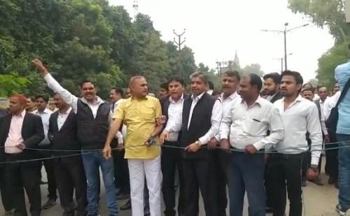 दिल्ली के तीस हजारी कोर्ट प्रकरण को लेकर बार एसोसिएशन के अधिवक्ताओं ने किया विरोध प्रदर्शन