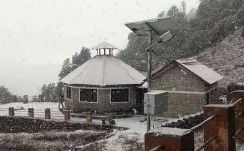 मौसम ने बदला मिजाज, औली में 15 साल बाद नवंबर में हुई बर्फबारी