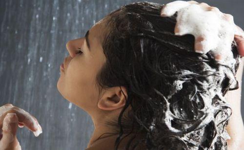 रात में बाल को धोती है तो हो जाइए सावधान, होगा ये नुकसान