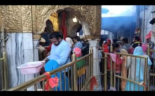 कोरोना वायरस आस्था के आगे हुआ बौना, शीतला मंदिर में उमड़ा श्रद्धालुओं का जनसैलाब