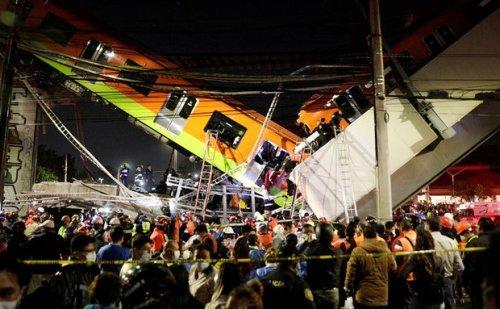 मेट्रो ट्रेन गुजरने के दौरान अचानक टूटकर गिर गया पुल, ट्रेन के डिब्बे हवा में लटकें, 20 की मौत