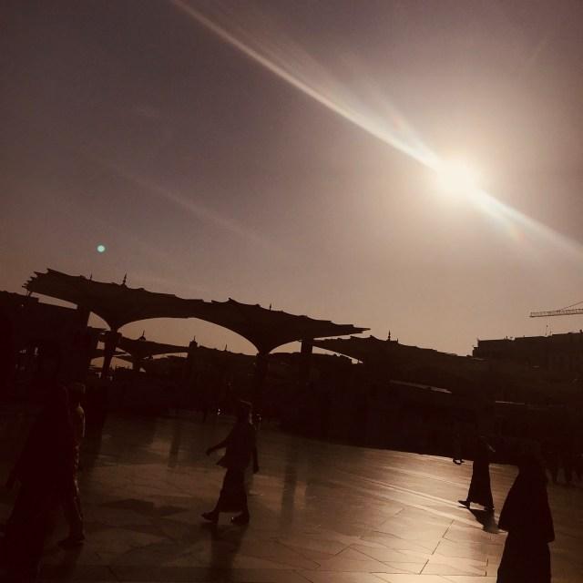 sun-glory-dim-light-photography-prophets-mosque-masjid-annabawi-madinah-saudi-arabia