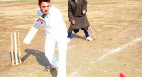 Kashmiri man without boths arms plays cricket