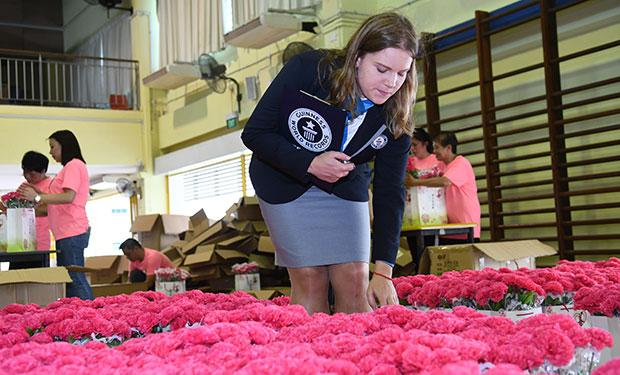 Largest artificial flower bouquet