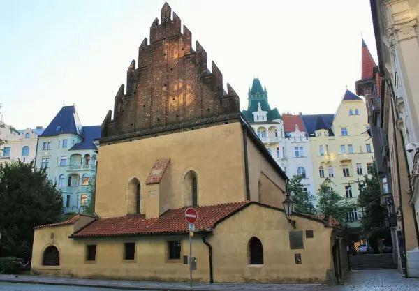 الكنيس القديم الجديد من افضل اماكن سياحية في براغ