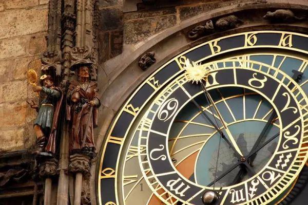 الساعة الفلكية من اجمل اماكن سياحية في براغ