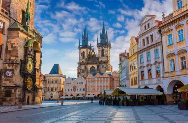 ساحة البلدة القديمة من اجمل اماكن سياحية في براغ