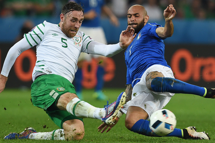 LILLE, FRANCE - JUNE 22: Simone Zaza of Italy and Richard Keogh of Republic of Ireland compete for the ball during the UEFA EURO 2016 Group E match between Italy and Republic of Ireland at Stade Pierre-Mauroy on June 22, 2016 in Lille, France.  (Photo by Claudio Villa/Getty Images)