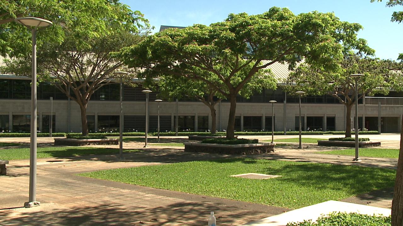 új dizájn új kollekció lábakon UH West Oahu graduation set for Saturday