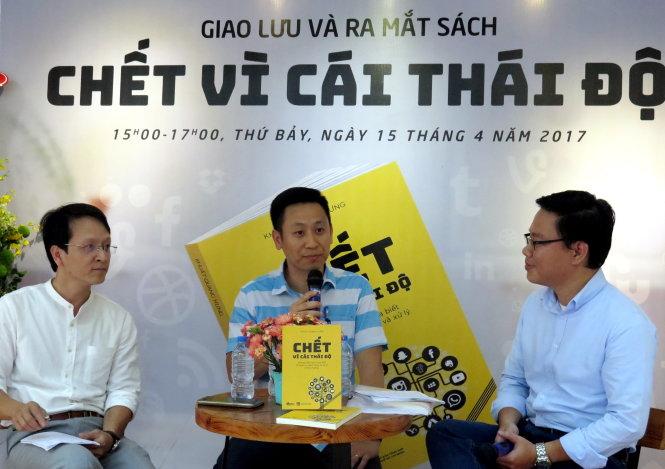 Khuất Quang Hưng (giữa) đang giới thiệu các cách xác định mức độ khủng hoảng truyền thông - Ảnh: L.Điền