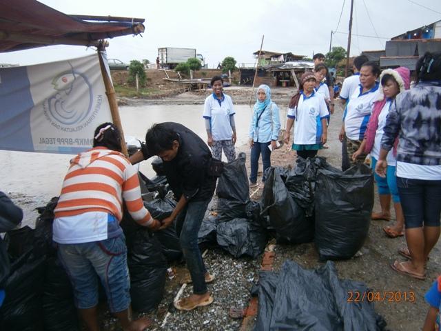 Peringati Hari Bumi, Warga Marunda Punguti Sampah