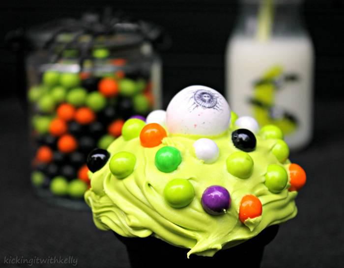 Cute Spooky Halloween Eyeball Cupcakes-cyclops cupcakes