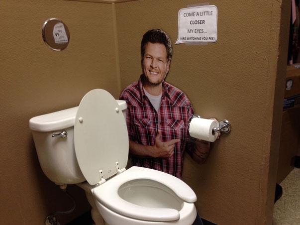 blake-shelton-in-the-bathroom