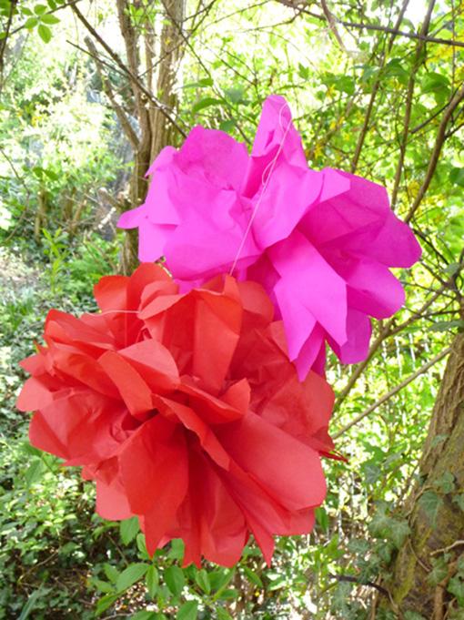 Papierblumen im Garten
