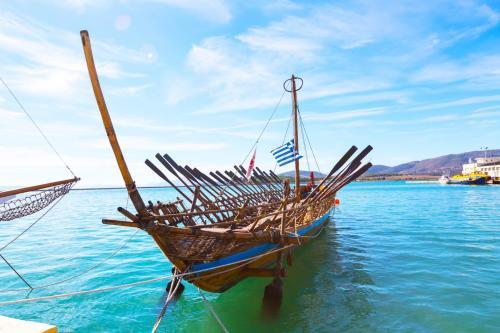 replica of mythical ship Argo in Volos harbour KidsLoveGreece.com