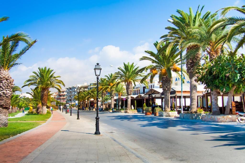 street with palmtrees Rethymno