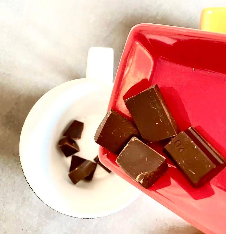 Verser le chocolat dans le mug