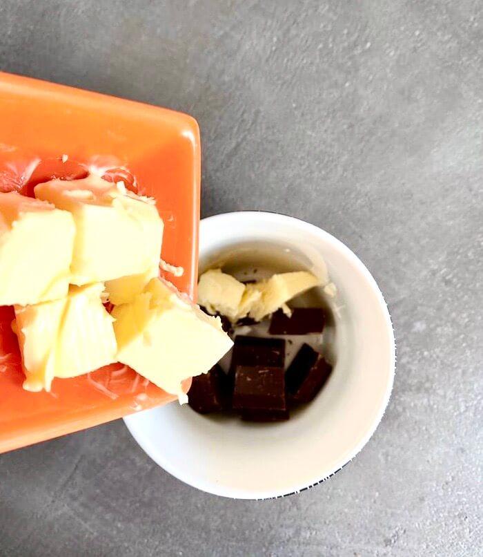 Versez le beurre au dessus du chocolat