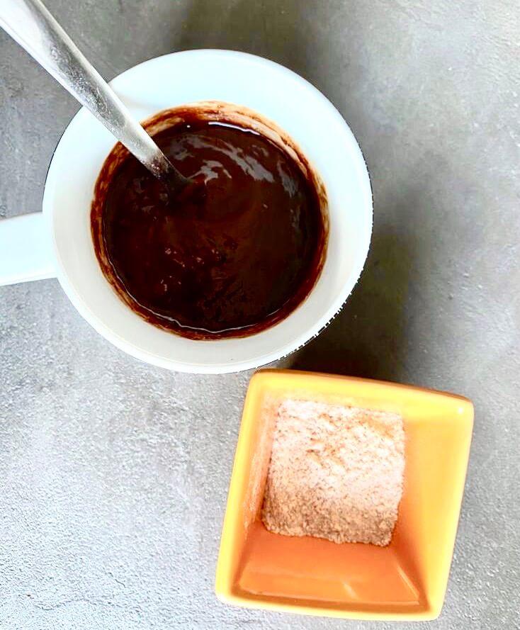 Ajouter la farine dans le mug après avoir bien mélangé