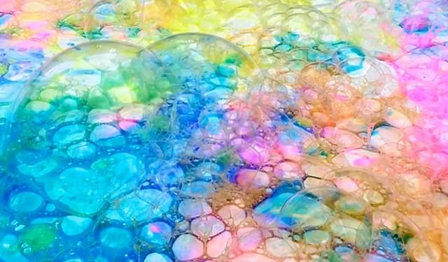 bulles de peinture pas encore sèches multicolors