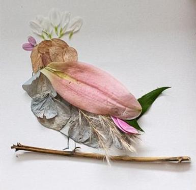 poussin fait avec des pétales, feuilles, éléments de la nature