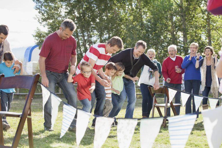Famille qui joue à la course dans le jardin
