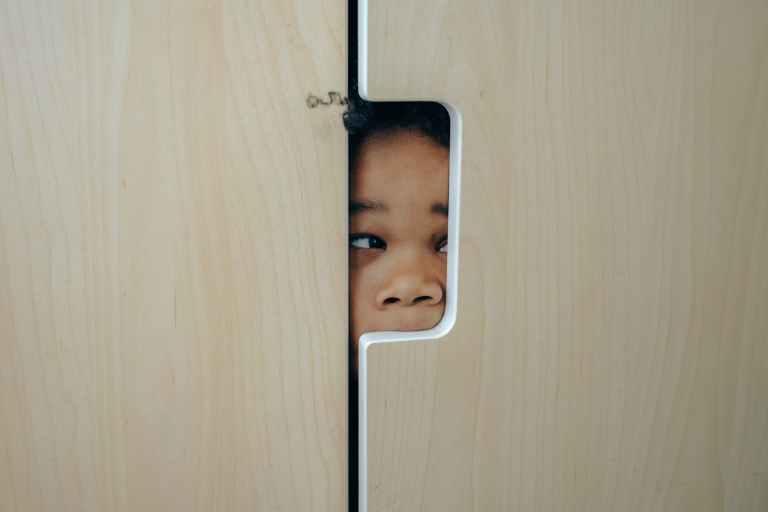 Petite fille cachée dans un placard