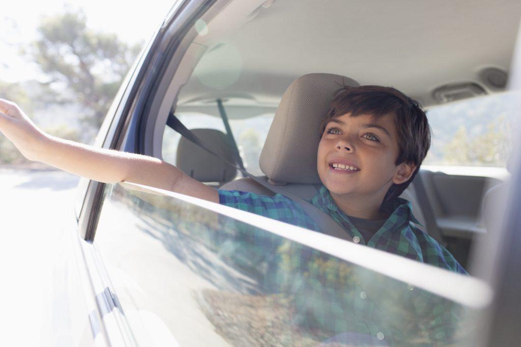 Enfant sur le siège arrière