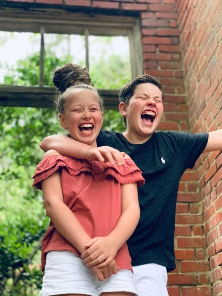 Deux amis enfants rigolent