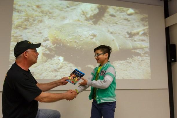 FotoBart reikt de prijs uit. Cursus boek voor kinderen door kinderen.