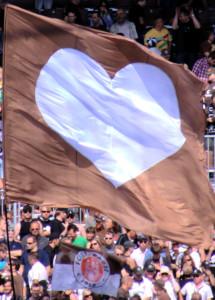Flagge mit weißem Herz auf braunem Grund. Nordsupprt FC St. Pauli, Nordkurve Millerntor-Stadion