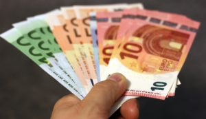 In der Hand gtehaltene Euro - Geldscheine