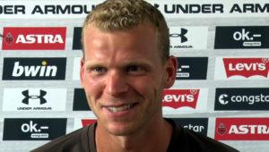 Henk Veerman während einer Pressekonferenz