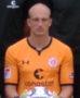 Portrait Svend Brodersen (aus dem Manschaftsfoto herausgecappt) mit orangenem Torwarttrikot und gehaltenem Ball