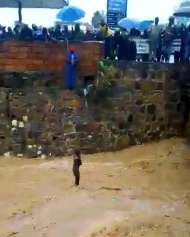 Ni uku byari bimeze umwana yabuze uko ava muri ruhurura