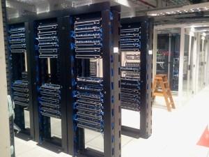Centro de datos con torres de servidores y ruteadores