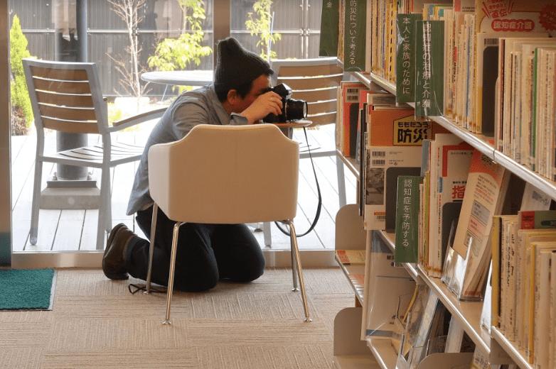 瀬戸内市民図書館で撮影する濱田英明さん(1)©キハラ株式会社