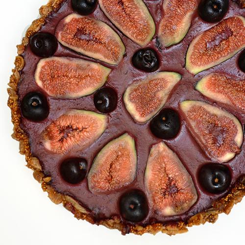 Tarta frutariana de higos y cerezas
