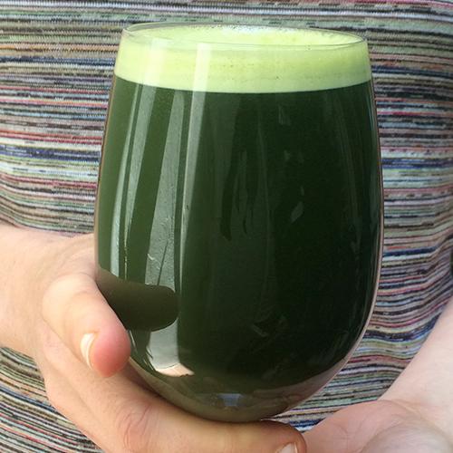 Si hay un zumo verde para convencer a cualquier neófito de lo deliciosa que es la clorofila, ése es este elixir de hojas de remolacha. No hay palabras para describir lo sorprendente de sabor, dulce, abrutado, con notas finales que recuerdan a la regaliz pero justo en ese instante del recuerdo se diluyen en notas de frescor. ¡Una maravilla!