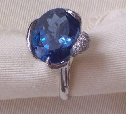 Sortija oro blanco, topacio azul y diamantes