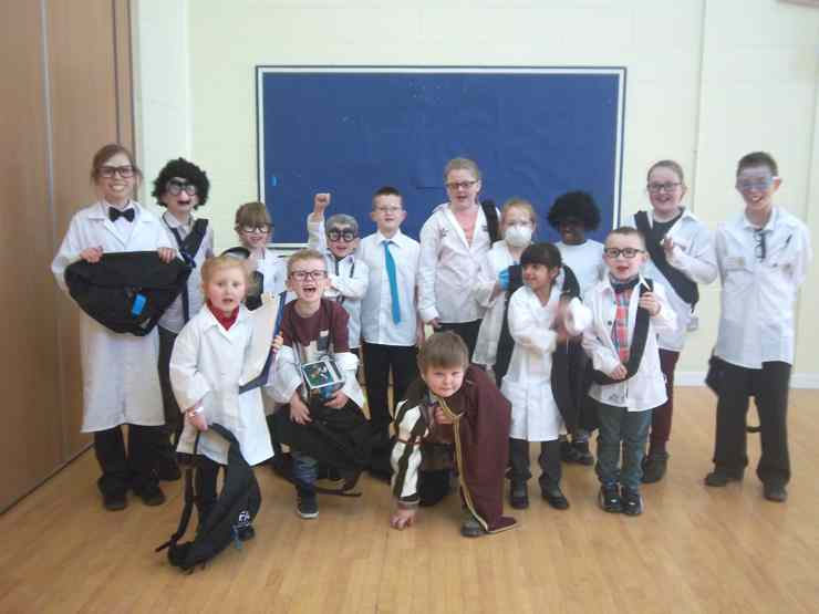 The two best dressed scientists from each class won a prize. Here are our prize winners.