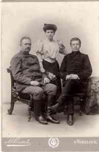 Zdjęcie Zaruskich w strojach szlacheckich początek XX wieku.