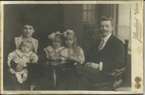 Ryszard Zaruski with his wife Eugenia Duma de Vajda Hunyad with daughters